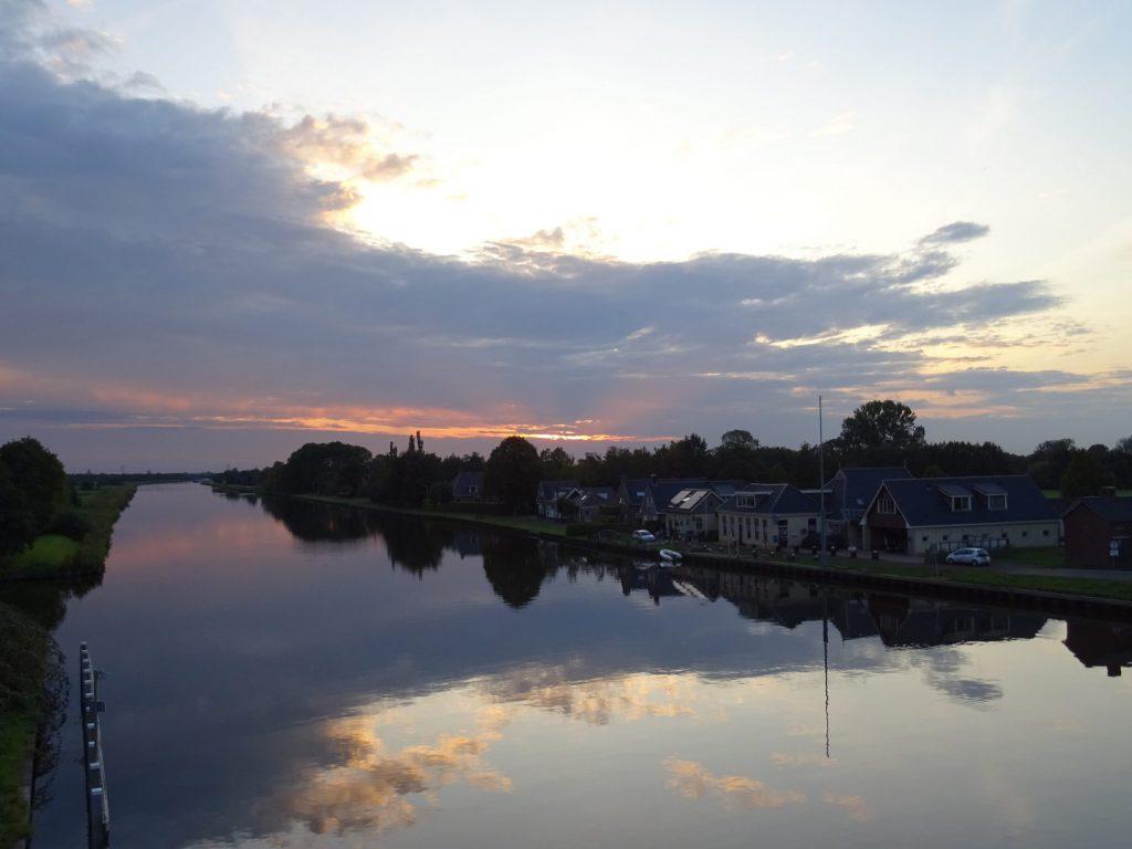 Dit kanaal ligt op loop afstand van Fan 't Famke. Het is dan ook mooi om met te fiets of te lopen langs dit water te gaan.